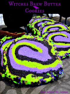 Witches Brew Halloween Butter Cookies - they literally melt in your mouth! Add some fun to your HALLOWEEN PARTY by separating the dough and coloring it to make a creepy cookie! Halloween Desserts, Hallowen Food, Hallowen Ideas, Halloween Goodies, Halloween Food For Party, Holiday Desserts, Holidays Halloween, Spooky Halloween, Holiday Treats