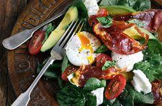 Sallad med pocherade ägg - Nu kan du göra salladen ännu nyttigare! En ny studie visar att kroppen tillgodogör sig upp till nio gånger mer av vitaminet karotenoid, om du intar dina råa grönsaker tillsammans med ägg.