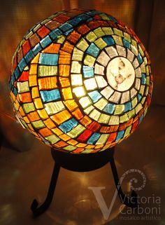 Luminaria con mosaico veneciano translúcido y piezas de vitrofusión. Diseño y realización: Victoria Carboni