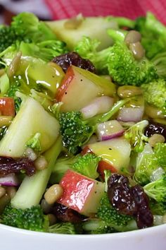 Salad Healthy Vegan Apple Broccoli Salad made with fresh ingredients is a light, healthy lunch or side dish.Healthy Vegan Apple Broccoli Salad made with fresh ingredients is a light, healthy lunch or side dish. Vegan Broccoli Salad, Broccoli Salad With Raisins, Broccoli Raisin Salad, Best Broccoli Salad Recipe, Broccoli Dishes, Cabbage Salad Recipes, Quinoa Recipe, Broccoli Cheddar, Best Salad Recipes
