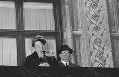 12 NOVEMBRE 1964. CARLOTTA CON IL MARITO FELICE DI BORBONE PARMA IL GIORNO DELLA ABDICAZIONE SALUTANO IL POPOLO