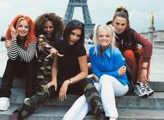 """""""Yo, I'll tell you what I want, what I really, really want."""" Näillä sanoilla alkaa yksi maailman tunnetuimmista popkappaleista: Spice Girlsin Wannabe. Ikonisen tyttöbändin debyyttisinglen julkaisusta tulee torstaina 8. heinäkuuta täyteen jo 25 vuotta - siis Geri Halliwell, Spice Girls, Famous Women, Victoria, Shit Happens, Couple Photos, Twitter, 2000s, Magazine"""