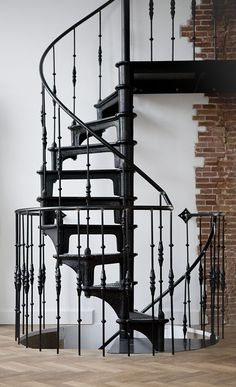 Tribute to the spiral staircase HOMEASE- Ode aan de wenteltrap Iron Staircase, Wrought Iron Stairs, Metal Stairs, Staircase Railings, Stairways, Black Stairs, Spiral Staircases, Interior Stairs, Interior Exterior