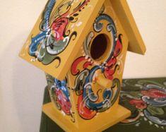 Little Norwegian Rosemaled Bird House Birdhouse Craft, Birdhouse Designs, Birdhouses, Birdhouse Ideas, Bird Houses Painted, Decorative Bird Houses, Rosemaling Pattern, Norwegian Rosemaling, Tiny Bird