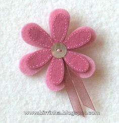 Discover thousands of images about cute felt flower! (website is in Spanish i think) Felt Diy, Felt Crafts, Fabric Crafts, Sewing Crafts, Sewing Projects, Diy Crafts, Felt Flowers, Fabric Flowers, Felt Decorations