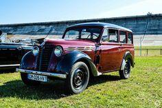 #Renault #Juvaquatre aux Grandes Heures #Automobiles à #Montlhéry Reportage complet : http://newsdanciennes.com/2015/09/29/grand-format-les-grandes-heures-automobiles/ #Vintage #Cars #Classic_Cars #Voitures #Anciennes
