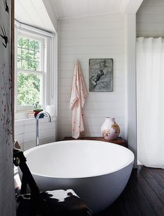 Love the shape of this tea cup-esque bath. Who needs a Disney ride when you got this?!