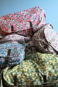 Liberty bags - I absolutely love these bags! Liberty Bag, Liberty Fabric, Liberty Print, Liberty Of London, Diy Sac, Sweet Bags, Embroidered Bag, Pretty Patterns, Sewing Notions