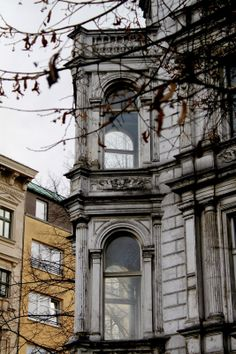 ღღ I love rooms with a bay window! ~~~ Berlin building Kreuzberg. Victoire Meneur