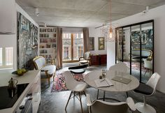 Ecelectic living room of the small contemporary apartment in Poland Small, Ingenious Apartment in Poland Draped in Eclectic Exuberance 작은 아파트 인테리어