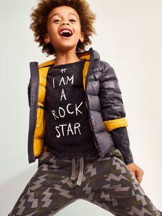 Испанский бренд Mango создает одежду для тех, кто хочет одеваться модно и ярко. Это один из крупнейших представителей индустрии fashion рынка, который продолжает набирать обороты и радовать новыми коллекциями. Коллекция осень – зима называется «Крутая школа», которая предлагает маленьким модникам зн