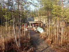 Tutkimusretkellä Nuolniemessä: Ei patikointia ilman nuotiomakkaraa ja ilta-aurinkoa. Kuva: Saara Gröhn