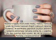 Domowy sposób na matowy manicure? - Możesz w każdej chwili zrobić modny, matowy manicure. I wcale nie musisz kupować drogich matowych lakierów. Wystarczy, że pomalujesz paznokcie zwykłym lakierem, a następnie potrzymasz nad parą wodną (np. z czajnika). Tylko dłoń musi być dość wysoko, aby się nie poparzyć! Pamiętaj o bezpieczeństwie!