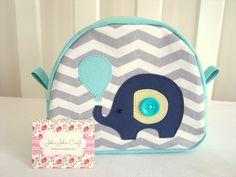 Necessaire Baby é ótima para a organização da bolsa. É uma peça confeccionada em tricoline (100% algodão) com uma delicada aplicação no tema.