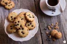 Biscotti amaretto e cioccolato - piccoli pasticcini dal profumo intenso di amaretto arricchiti con gocce di cioccolato per accompagnare la pausa caffè.