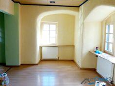 Wohnzimmer mit gemütlichen Rundbögen.