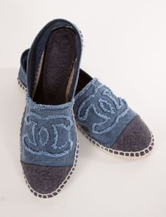 Chanel Slip-Ons t piacciono? Chanel Espadrilles, Chanel Flats, Coco Chanel, Blue Espadrilles, Shoe Boots, Shoes Sandals, Estilo Jeans, Paris Mode, Beautiful Shoes
