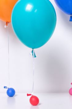 Forgot to buy balloons weights! Use a balloons as weights, they look cute and make adorable balloon weights. Perfect to use as weights for big Balloons. One Balloon, Balloon Backdrop, Diy Backdrop, Helium Balloons, Streamers, Balloon Hacks, Christmas Balloons, Balloon Weights, Backdrops For Parties