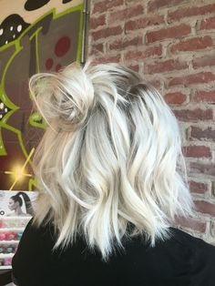 Blonde lob topknot http://scorpioscowl.tumblr.com/post/157435449850/2014-short-hair-with-bangs-short-hairstyles-2017