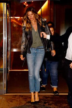 Gisele Bundchen, Looks Style, Casual Looks, My Style, Helena Christensen, Look Camisa Jeans, Brazilian Supermodel, Cosy Outfit, Casual Street Style