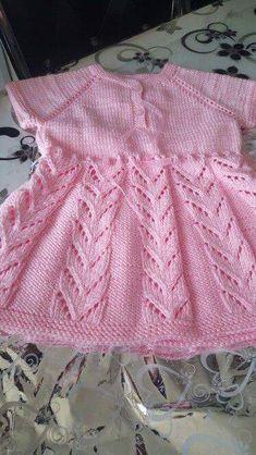 Kendi El Emeğimizle Kızlarımıza Yapabileceğimiz Elbise Modeli 1 yaş (alıntıdır) Malzemeler: Pembe bebe yünü Düğme Kurdele 3 numara şiş Yapılışı: Yakadan 80 i