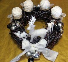 Dieser bezaubernde Adventskranz ist einfach nur süß.  Hier habe ich eine kleine Hirschfamilie platziert. Die Kerzen sind wie große glitzernde Schneebä