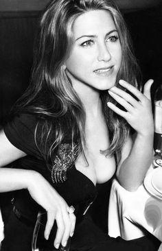 Jennifer Aniston Legs, Jennifer Aniston Pictures, Phoebe Charmed, Beste Gif, Jeniffer Aniston, Rachel Green, Black And White Aesthetic, Star Wars, Brown Blonde Hair