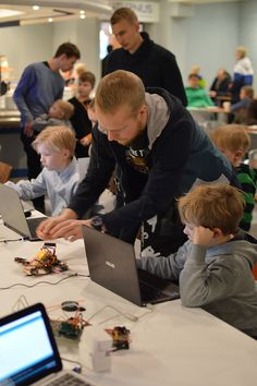 Oulun yliopiston ständillä pystyi testaamaan ja uudelleenkoodaamaan opiskelijoiden tekemiä pikkurobotteja. Luuppi, Oulu (Finland)