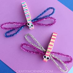 Make some dragonfly crafts using clothespins and pipe cleaners! Fun spring craft for kids to make.