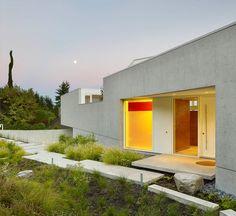 Конкретный путь в окружении ландшафтного дизайна, проведет вас к входной двери.