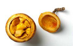 Le maad. C'est une coque globuleuse qui contient des graines enrobées de pulpes jaunes très moelleuses et juteuses. Elles sont acidulées et sucrées. On peut déguster le fruit tel quel ou l'assaisonner avec du sucre, du sel et du piment. Mélangées avec de l'eau et du sucre, les pulpes donnent un délicieux jus.