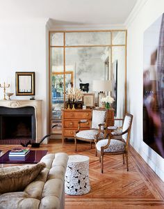 Love that mirrored wall.