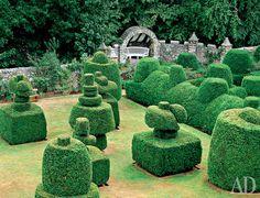 jardim Topiary Castelo Erlshell, Escócia.Este esquema dos romanos assumiu os cristãos. Para eles, o labirinto se tornou um símbolo do destino difícil de Cristo e o caminho que deve superar uma alma cristã. Nesta capacidade, (e novamente sob a forma de mosaico) labirinto viveu nos pisos das catedrais medievais.