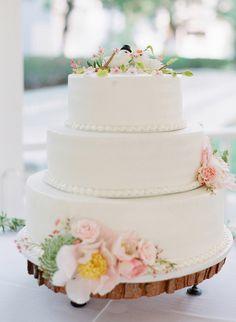 Decoração da mesa do bolo de casamento com troncos de madeira