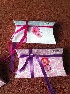 Voor meisjes is dit hartstikke leuk! De doosjes heb ik uitgesneden en in elkaar gevouwen. Daarna versiert met bloemen en glitters. Ik heb er kleine snoepzakjes ingestopt en daarna een lint omheen gedaan.