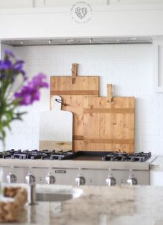 Decorating with Wood Cutting Boards - If you looking for something new in the kitchen, cutting boards are a practical choice. Wood boards are perfect. Marble Cutting Board, Wood Cutting Boards, Wood Boards, Diy Hot Air Balloons, House Smell Good, Homemade Laundry Detergent, Old Fashioned Recipes, Pumpkin Decorating, Decorating Hacks