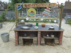 Het keukenblok van de modderkeuken. Nutsschool Maastricht