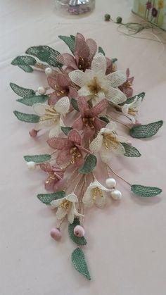 harika iğne oyaları (20) - Kadınlar Sitesi French Beaded Flowers, Crochet Flowers, Crochet Lace, Fabric Flowers, Silk Ribbon Embroidery, Hand Embroidery, Embroidery Designs, Needle Lace, Bobbin Lace