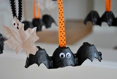 egg carton bat decoration Deco Haloween, Halloween Books For Kids, Easy Halloween Decorations, Easy Halloween Crafts, Theme Halloween, Halloween Bats, Holidays Halloween, Halloween Stories, Halloween Ideas