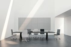 Mesa Cross en color negro, combinada con sillas #Kinesit de #Arper en distintos tonos de gris y blanco.
