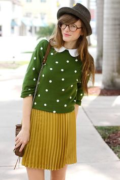 The peter pan collar looks so cute paired with a polka dot sweater. The green and yellow color combo is also perfect. Geek Chic Outfits, Mode Outfits, Fall Outfits, Fashion Outfits, Womens Fashion, Quirky Fashion, Look Fashion, Vintage Fashion, Style Personnel