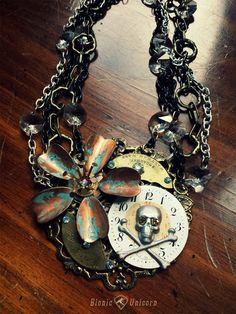 Spectre de Steampunk crâne collier - Steampunk crâne et OS croisés avec fleur de cuivre et de pièces de montre Antique