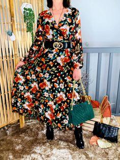 La robe longue fleurie à détails dorés de Lookanou Dresses With Sleeves, Boutique, Long Sleeve, Casual, Fashion, Blue Earrings, Beautiful Long Dresses, Sweet Dress, Boucle D'oreille