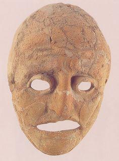 """Máscara de teatro """"Máscara masculina imberbe de terracota, cuya imagen corresponde posiblemente a un actor trágico. La pieza es de tamaño natural y elaborada a partir de un molde. Se conserva completa, aunque muy restaurada."""" Información y Foto tomadas de Almendron."""