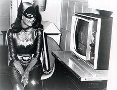 Yvonne Craig, Batgirl, backstage on the Batman stage http://www.bat-mania.co.uk/multi/images/pictures/yvonnecraig_backstage.jpg