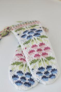 Kainuun lapaset - Kainuu mittens in kid size Double Knitting Patterns, Fair Isle Knitting Patterns, Crochet Patterns, Fingerless Mittens, Knit Mittens, Knitted Gloves, Wrist Warmers, Hand Warmers, Mittens Pattern