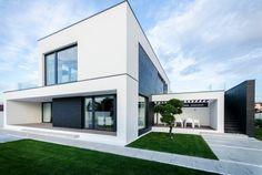 Modernes Haus mit Außentreppe zum Balkon und Fensterfronten