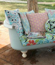 Ahora bien, este sofá al aire libre nos recuerda el sofá elegante de Desayuno con diamantes. La superficie fue restaurada, un lado se cortó, y se añadieron una colorida variedad de cojines para convertirlo en un lugar de lectura cómoda. Obtener el tutorial en un polluelo Krieger »