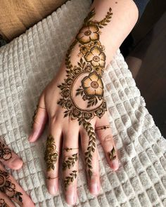 Explore Best Mehendi Designs and share with your friends. It's simple Mehendi Designs which can be easy to use. Find more Mehndi Designs , Simple Mehendi Designs, Pakistani Mehendi Designs, Arabic Mehendi Designs here. Easy Mehndi Designs, Henna Hand Designs, Dulhan Mehndi Designs, Latest Mehndi Designs, Bridal Mehndi Designs, Mehendi, Mehndi Designs Finger, Khafif Mehndi Design, Floral Henna Designs