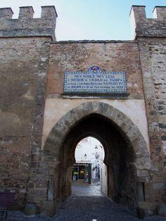 https://flic.kr/p/9zBfgw | Puerta de Jerez.  Tarifa,Cádiz. | Las murallas que rodean Tarifa son el espejo y, en esencia, el resultado de muchas fases de construcción y restauración. Han sido muchos los pueblos que han dejado su impronta en Tarifa, sobre todo, el pueblo árabe que nos rodeó de muralla y de una fortaleza grandiosa. Principalmente, se pueden considerar dos disposiciones: la primera corresponde al período de ocupación islámica, que incluye la milenaria medina, en la que se…